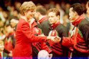 戴安娜(左)與威爾斯欖球隊隊員握手。(法新社資料圖片)