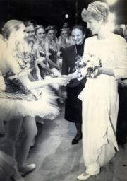 戴安娜(右)觀賞芭蕾舞表演後,與舞蹈員握手。(法新社資料圖片)