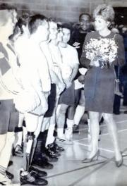 1993年2月,戴安娜(右)在倫敦探訪一間殘疾中心,並與他們的足球隊隊員見面。(法新社資料圖片)