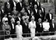 1989年11月8日,王儲查理斯與戴安娜(第一排左四及左五)在香港文化中心音樂廳內,肅立聆聽英國國歌。(黑白資料圖片)