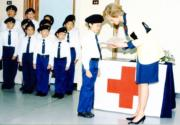 1989年11月8日,戴安娜(右)訪問紅十字會港島總部,與小學生交談。(資料圖片)