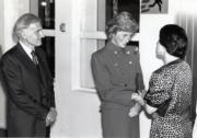 1989年11月9日,戴安娜(中)結束為期3日的訪港行程,在機場與時任港督衛奕信(左)及夫人(右)道別。(黑白資料圖片)