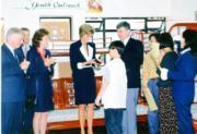 1995年4月,戴安娜(中)參觀位於柴灣的協青社宿舍。(資料圖片)