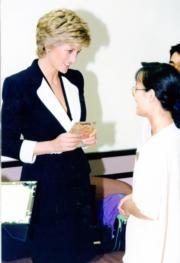 1995年4月,戴安娜(左)(資料圖片)