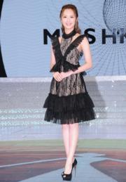 馮盈盈以黑色厘士裙示人。