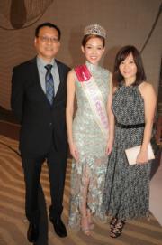 季軍黃瑋琦與父母。