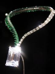 鑽石綠寶石(祖母綠)項鏈,上面鑲有1顆163.41卡全美鑽石,是拍賣史上最巨型的D色IIA無瑕美鑽。(黃廷希攝)