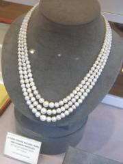 A three-strand natural pearl and diamond necklace.(黃廷希攝)