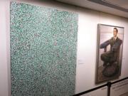 草間彌生《生命之源》(左)及石田徹也《空置大廈內的主管座位》(右)(黃廷希攝)
