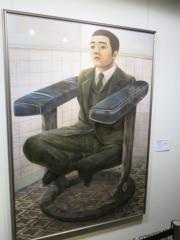 石田徹也《空置大廈內的主管座位》(1996年作)。估價約300萬至500萬港元。(黃廷希攝)