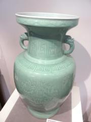 清十八世紀 粉青釉印團龍拱壽紋獅首耳大瓶(黃廷希攝)