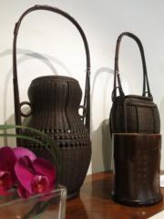 昭和時代 竹花籠 銘 尚古齋造(左)、大正昭和時代 竹花籠 銘 竹保齋造之(右)(黃廷希攝)