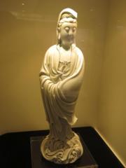 明十六十七世紀 德化白釉觀音立像 《何朝宗》款。估價約1000萬至1500萬港元。(黃廷希攝)