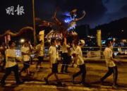 2017年10月4日晚,薄扶林村有舞火龍活動。(馮凱鍵攝)