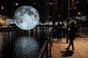 英國利茲的節慶──Light Night Leeds,月亮裝置 (法新社)