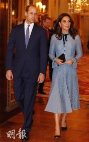 2017年10月10日,威廉王子 (左) 和凱特 (右) 一起出席白金漢宮的活動。(法新社)