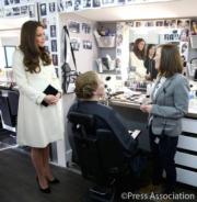 2015年3月,凱特(左)佗着夏洛特小公主,穿着高跟鞋出席活動。(The Royal Family facebook圖片)