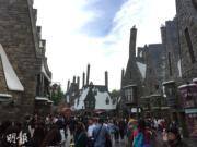 【大阪環球影城】「哈利波特魔法世界」活米村街頭兩旁的商店,不少都於電影內出現過。(黃廷希攝)