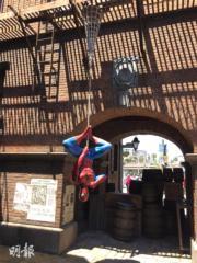 【大阪環球影城】在巷子內可以跟倒吊的蜘蛛俠合照。(黃廷希攝)