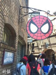 【大阪環球影城】跟蜘蛛俠合照前當然要排隊。(黃廷希攝)