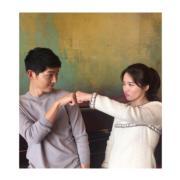 接受香港傳媒訪問,雙宋重演劇中一幕,喬妹還把照片上載到Ig分享;戲假情真,嘴巴否認,表情動作卻出賣了他們。(IG圖片)