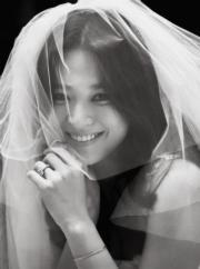 宋慧喬的婚紗照展現幸福笑容。(網上圖片)