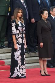 2017年11月9日,中國國家主席習近平夫人彭麗媛(右)與美國第一夫人梅拉尼婭(右)出席在北京人民堂舉行的歡迎儀式。(法新社)