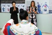 2017年11月9日,中國國家主席習近平夫人彭麗媛(左)陪同美國第一夫人梅拉尼婭(右)參觀學校。(法新社)