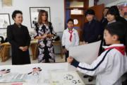 2017年11月9日,中國國家主席習近平夫人彭麗媛(左)與美國第一夫人梅拉尼婭(左二)參觀學校。(法新社)