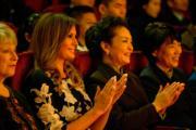 2017年11月9日,中國國家主席習近平夫人彭麗媛(右二)陪同美國第一夫人梅拉尼婭(左二)出席活動。(法新社)
