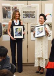 【第一夫人時裝】美國時間2017年4月7日,中國第一夫人彭麗媛 (右),由美國第一夫人梅拉尼婭 (左) 陪同探訪美國一間學校。 (法新社)
