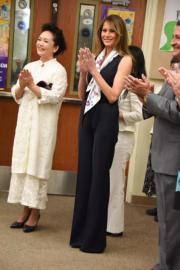 【第一夫人時裝】美國時間2017年4月7日,中國第一夫人彭麗媛 (左),由美國第一夫人梅拉尼婭 (右) 陪同探訪美國一間學校。 (法新社)