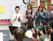 【第一夫人時裝】美國時間2017年4月7日,中國第一夫人彭麗媛 (左一),由美國第一夫人梅拉尼婭 (左二) 陪同探訪美國一間學校。 (新華社)