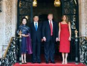 【第一夫人時裝】美國時間2017年4月6日,中國國家主席習近平 (左二) 和夫人彭麗媛 (左一) 訪美,美國總統特朗普 (左三) 和夫人梅拉尼婭 (右一) 在佛州海湖莊園門前迎迓。(新華社)