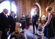 【第一夫人時裝】美國時間2017年4月6日,美國總統特朗普(左一)、中國國家主席習近平(左二)和夫人彭麗媛 (左三),在佛州海湖莊園,欣賞特朗普的外孫仔女演唱著名中文歌《茉莉花》。(新華社)
