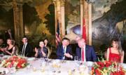【第一夫人時裝】美國時間2017年4月6日,美國總統特朗普(右二)與夫人梅拉尼婭(右一)在佛州海湖莊園設宴,款待中國國家主席習近平(右三)。特朗普女兒伊萬卡(左一)、女婿庫什納(左二)坐在習近平夫人彭麗媛(左三)身旁。圖為兩國元首握手時,彭麗媛和伊萬卡在旁鼓掌。(新華社)