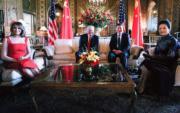 美國時間2017年4月6日,中國國家主席習近平(右二)在美國佛羅里達州海湖莊園與美國總統特朗普(左二)舉行中美元首會晤。右一為習近平夫人彭麗媛,左一為特朗普夫人梅拉尼婭。 (新華社)