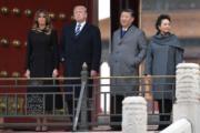 2017年11月8日,國家主席習近平(右二)和夫人彭麗媛(右一)陪同美國總統特朗普(左二)和夫人梅拉尼婭(左一)參觀故宮博物院,兩對「情侶裝」相映成趣。(法新社)