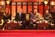 2017年11月8日,國家主席習近平(右二)和夫人彭麗媛(右一)與美國總統特朗普(左二)和夫人梅拉尼婭(左一)在故宮暢音閣欣賞京劇。(法新社)