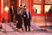 2017年11月8日,美國總統特朗普(前排右)和夫人梅拉尼婭(前排左)在國家主席習近平(後排左)和夫人彭麗媛(後排右)陪同下參觀故宮博物院。(法新社)