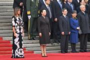 2017年11月9日,中國國家主席習近平夫人彭麗媛(前排右)陪同美國第一夫人梅拉尼婭(前排左)出席在北京人民堂舉行的歡迎儀式。(法新社)