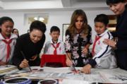 2017年11月9日,國家主席習近平夫人彭麗媛(左)陪同美國第一夫人梅拉尼婭(右)參觀學校。(法新社)