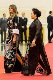 2017年11月9日,中國國家主席習近平夫人彭麗媛(右)與美國總統特朗普夫人梅拉尼婭(左)(法新社)