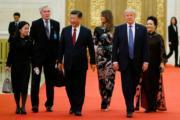 2017年11月9日,中國國家主席習近平(左三)與夫人彭麗媛(右一)陪同美國總統特朗普(右二)及夫人梅拉尼婭(右三)出席在北京人民大會堂舉行的國宴。(法新社)