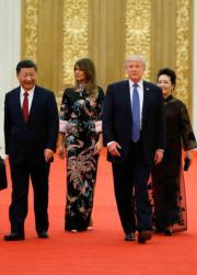 2017年11月9日,中國國家主席習近平(左一)與夫人彭麗媛(右一)陪同美國總統特朗普(右二)及夫人梅拉尼婭(左二)出席在北京人民大會堂舉行的國宴。(法新社)