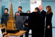 2017年11月8日,中國國家主席習近平(左二)與夫人彭麗媛(左一)陪同美國總統特朗普(右二)及夫人梅拉尼婭(右一)參觀故宮。(法新社)
