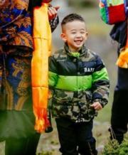 陳小春兒子中文名叫陳胤捷,因拍了《爸爸去哪兒5》成為暖男小孩。