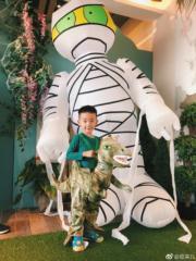 陳小春囝囝好鍾意恐龍。