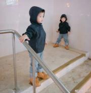 范瑋琪與黑人陳建州一對孖仔已經2歲10個月大,大孖飛飛(左)同細孖翔翔(右),穿起新衣非常有型。