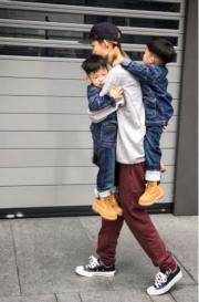 孖仔日漸長大,范范這位媽媽為公平,一次過要孭兩個寶貝。